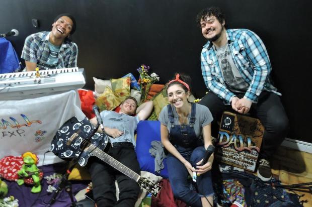 Porto-alegrenses da banda Dall gravam com a cantora Vic Limberger Fabiana Maia/Divulgação