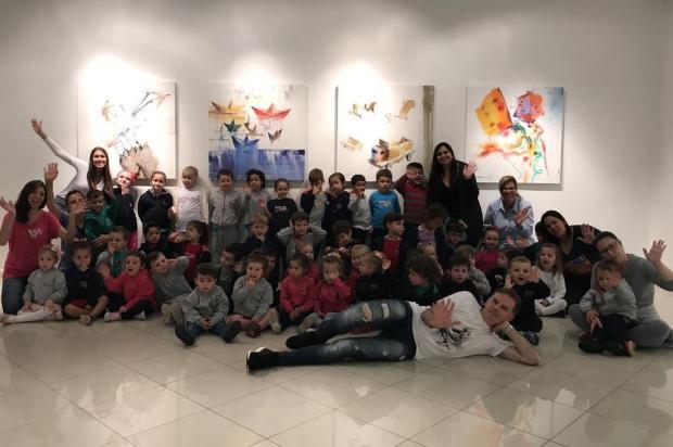 Crianças visitam exposição de Antonio Giacomin, com temática da infância Alana Ferreira/Divulgação