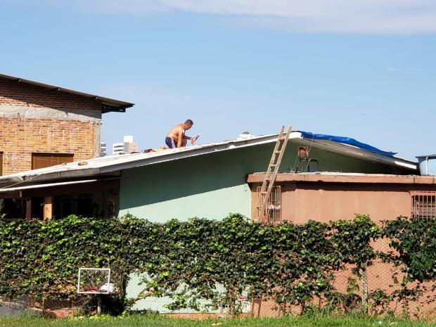 Um mês após temporal, prefeitura de Caxias prevê concluir distribuição de telhas em uma semana Lizie Antonello / Agência RBS/Agência RBS