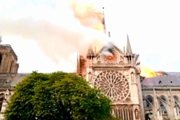 Vídeo: bombeiro de Bento Gonçalves registra incêndio na catedral de Notre-Dame, em Paris Reprodução/