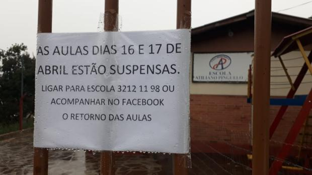 Após chuvarada e com risco de deslizamento, Escola Atiliano Pinguelo, em Caxias, suspende aulas Jeferson Ageitos / RBSTV/RBSTV