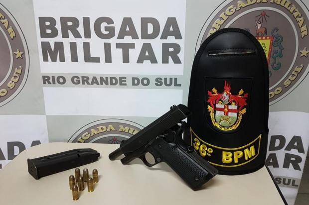 BM encontra pistola embaixo de banco de carro em Farroupilha BM/Divulgação
