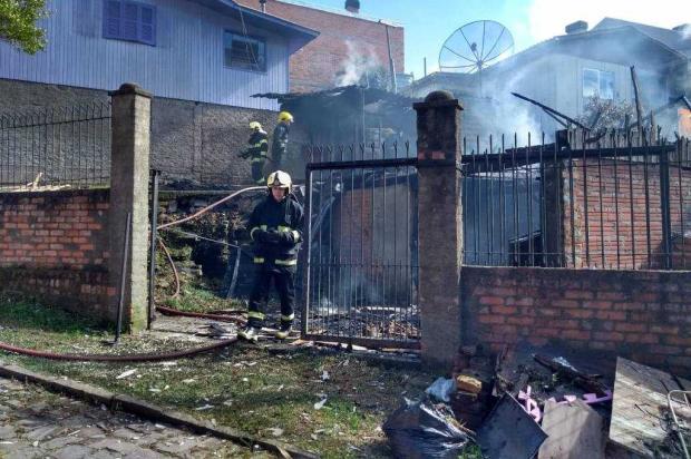 VÍDEO: incêndio destrói casa no bairro São Cristóvão em Caxias Milena Schäfer / Agência RBS/Agência RBS