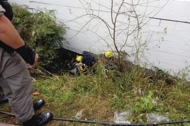 Homem quebra a perna após queda de barranco em Caxias Aline Ecker  / Agência RBS/Agência RBS