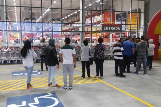 Consumidores fazem fila para inauguração do atacarejo Stok Center em Caxias do Sul Marcelo Passarella/Agência RBS