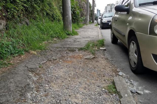 Uma calçada sem dono que se desmancha Ciro Fabres/Agência RBS