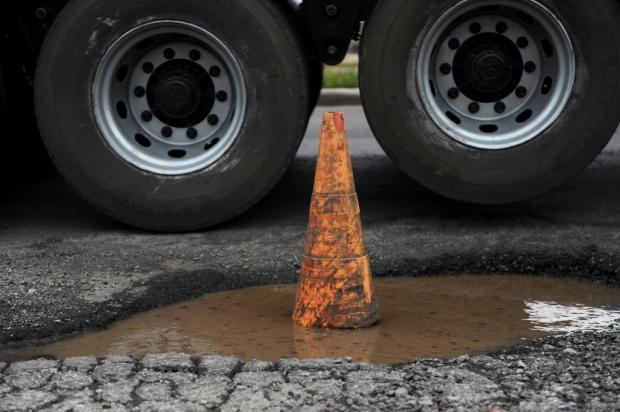 Crateras na ERS-122 chamam atenção de motoristas no acesso a Farroupilha Anselmo Cunha/Agencia RBS