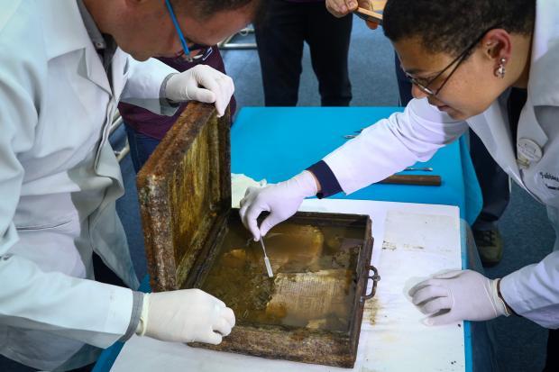 Confira o conteúdo da cápsula do tempo aberta 88 anos após ser enterrada, em Pelotas Isadora Neumann / Agência RBS/Agência RBS