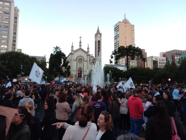 Estudantes, professores e funcionários públicos protestam pela educação no Centro de Caxias Aline Ecker  / Agência RBS/Agência RBS