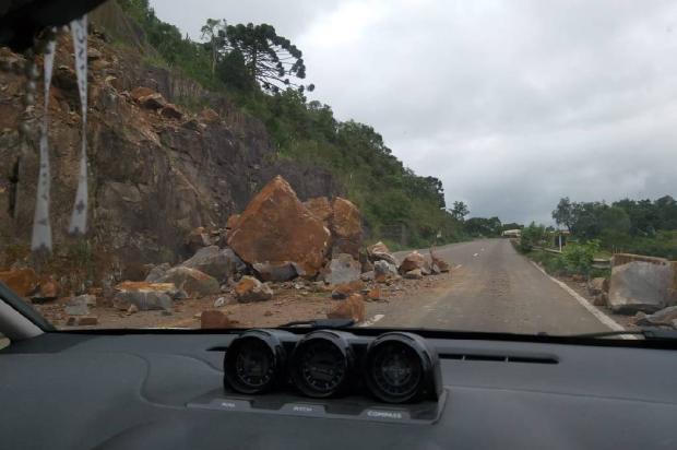 Queda de barreira interrompe parcialmente trânsito na Rota do Sol Sueli Silva  / Divulgação /Divulgação