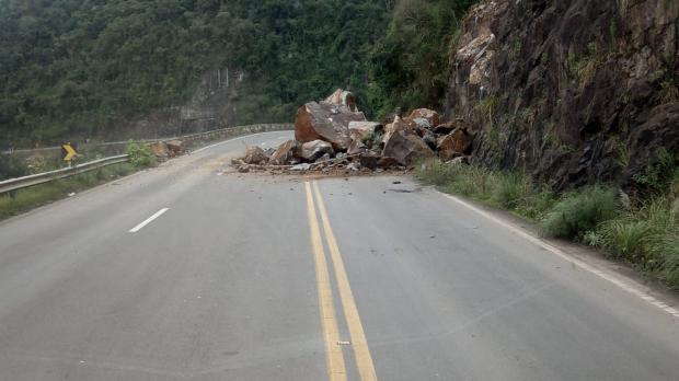 Chuva prejudica trabalho de liberação do trânsito na Rota do Sol, em Itati Grupo Rodoviário  / Divulgação /Divulgação