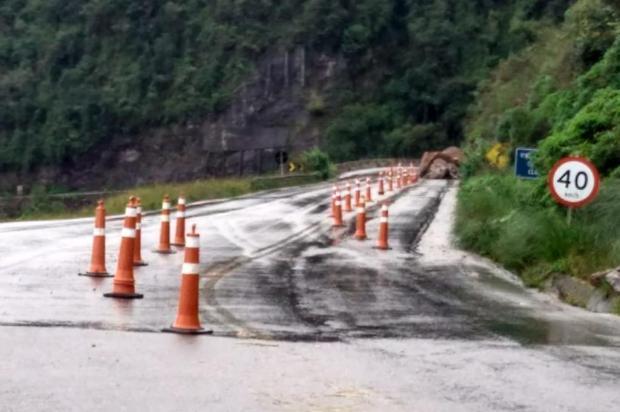 Após queda de barreira, trânsito é sinalizado na Rota do Sol em Itati Polícia Rodoviária Federal/divulgação
