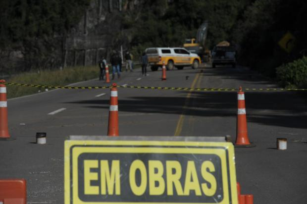 Daer remove rochas da encosta que continua instável e interditada na Rota do Sol Lucas Amorelli  / Agência RBS/Agência RBS