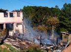 VÍDEO: moradores fazem rescaldo de incêndio que começou na madrugada em Bom Jesus Stéfano Cardoso / Divulgação/Divulgação
