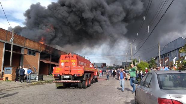Empresa de autopeças é atingida por incêndio no bairro Santa Catarina, em Farroupilha Milena Schäfer / Agência RBS/Agência RBS