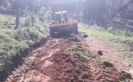 Patrola começa a arrumar estrada usada por crianças em Vacaria e atola Marinês Pereira / Arquivo pessoal/Arquivo pessoal