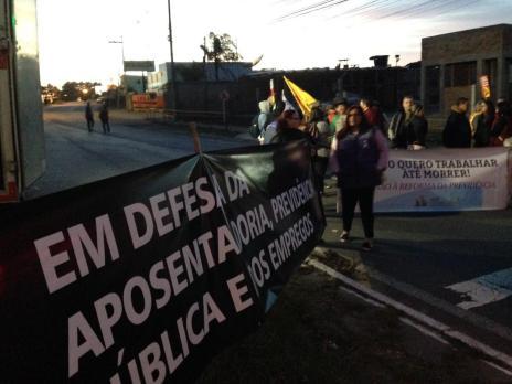 Jovem de 16 anos em trabalho de parto é resgatada por policiais durante bloqueio na BR-116, em Caxias (André Fiedler / Agência RBS/Agência RBS)