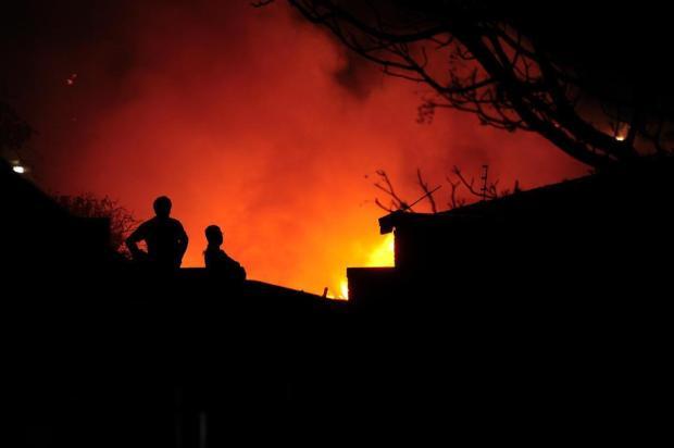 Incêndio destrói ferro-velho em Caxias Porthus Junior/Agencia RBS