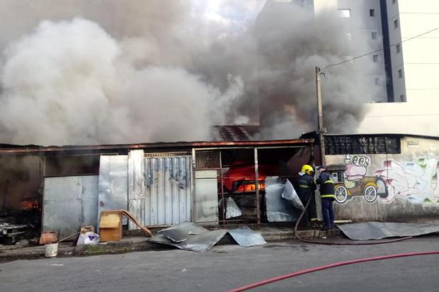 VÍDEO: Incêndio destrói depósito de sucatas em Caxias Aline Ecker/agencia RBS
