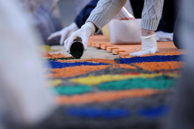 VÍDEO: quer ver os tapetes de Corpus Christi, em Flores da Cunha, do alto? Antonio Valiente/Agencia RBS