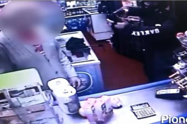"""""""Ele chegou e apontou a arma para o meu rosto"""", conta dono de mercado assaltado em Bento Gonçalves reprodução/divulgação"""