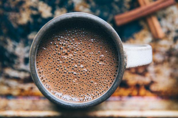Na Cozinha: que tal um chocolate quente para ficar quentinho? Confira a receita! Rachael Gorjestani/Unsplash