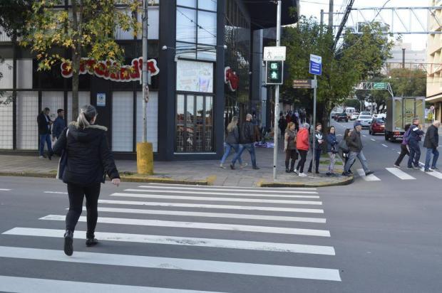 Leitor questiona tempo para travessia de pedestres indicado por sinaleiras Leonardo Portella/Divulgação