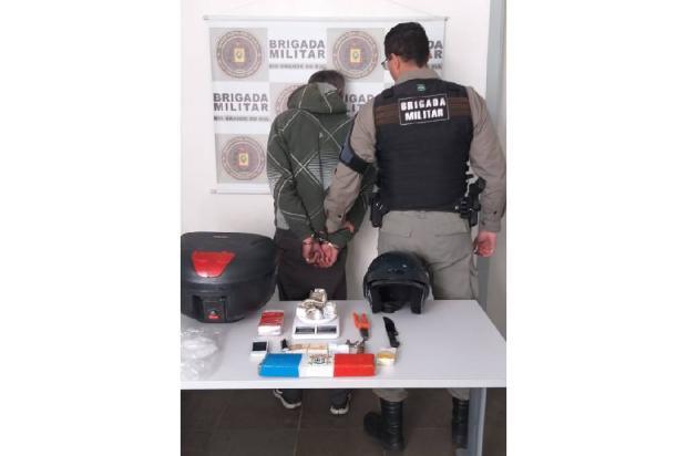 Detento em prisão domiciliar é flagrado com maconha e motocicleta furtada em Caxias Divulgação / Brigada Militar/Brigada Militar
