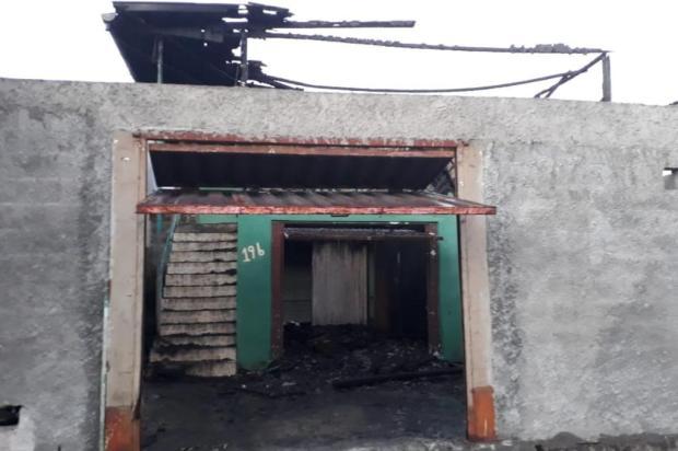 Polícia investiga homicídio seguido de incêndio criminoso no bairro Santa Fé em Caxias Marcelo Passarella/Agência RBS