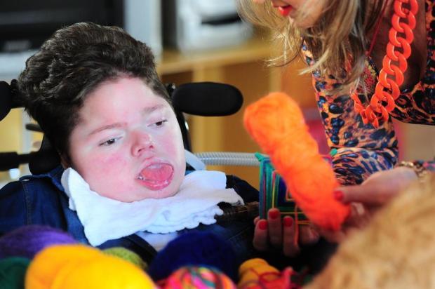 Menino com doença degenerativa tece mandalas com o movimento dos olhos em Caxias Porthus Junior/Agencia RBS