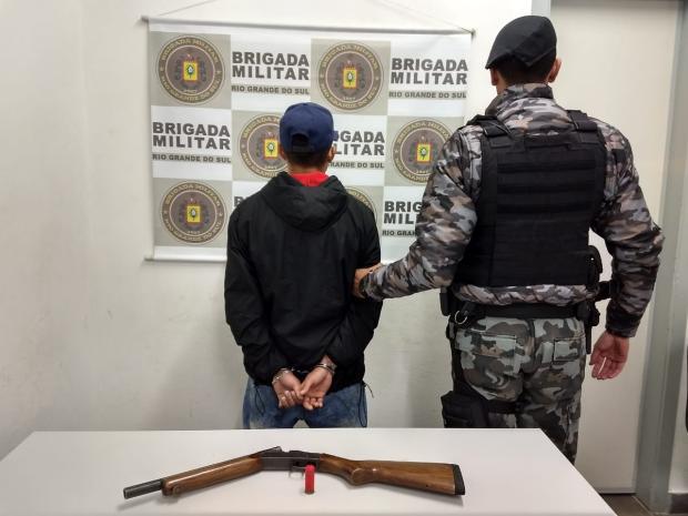Jovem é preso em flagrante por porte ilegal de arma em Caxias Brigada Militar  / Divulgação /Divulgação