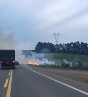 Vídeo: Fogo às margens da Rota do Sol, em Caxias do Sul, deixa trânsito lento Marcelo Mugnol / Divulgação/
