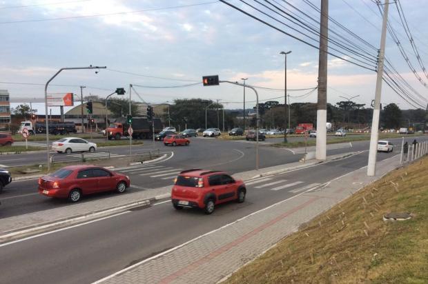 Pode ou não pode? Alça de acesso a estacionamento é utilizada para evitar sinaleira em Caxias André Fiedler/Agência RBS