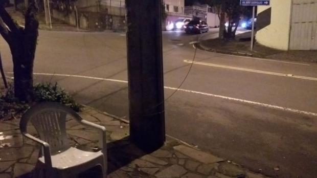 Fio de luz se rompe e preocupa moradores de Caxias do Sul Milena Schafër / Agência RBS/Agência RBS