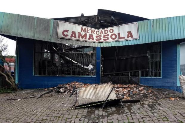 Incêndio destrói mercado em Caxias Mateus Frazão/Agência RBS
