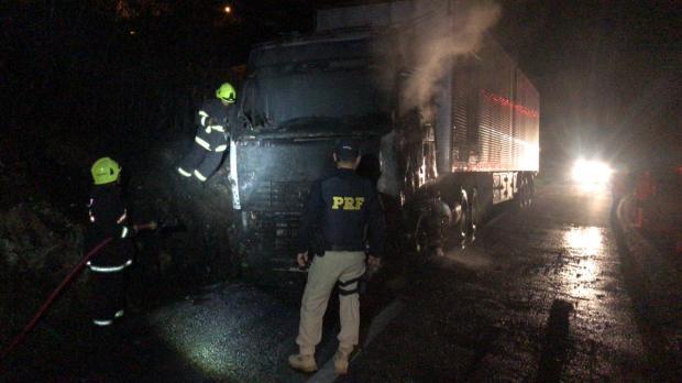 Motorista embriagado bate caminhão em barranco e veículo pega fogo em São Marcos PRF / Divulgação /Divulgação