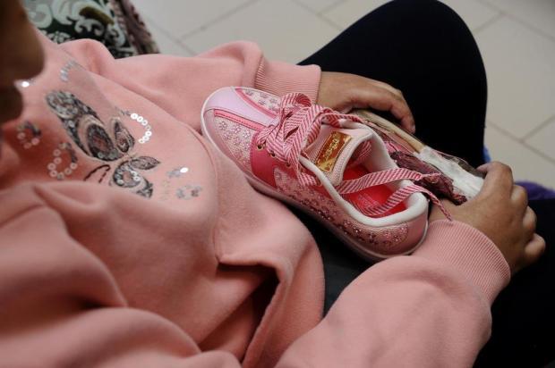 Lembra da história de Maiara? Fábrica reproduziu tênis para substituir calçado usado como brinquedo Antonio Valiente/Agencia RBS