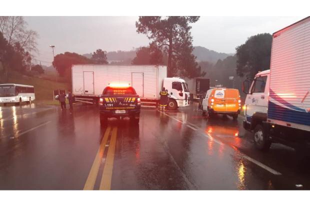 Caminhão fica atravessado na BR-470, em Garibaldi, após acidente de trânsito Divulgação / PRF/PRF