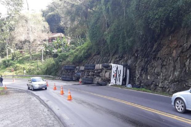 Remoção de caminhão tombado interrompe trânsito próximo à ponte de Veranópolis Polícia Rodoviária Federal  / Divulgação /Divulgação