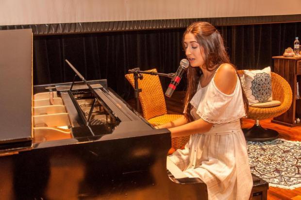 Jovem compositora caxiense lança segundo CD em show nesta quinta-feira divulgação/Divulgação