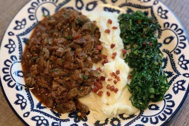 Na Cozinha: picadinho de carne com couve e purê de aipim Lela Zaniol/Agência RBS