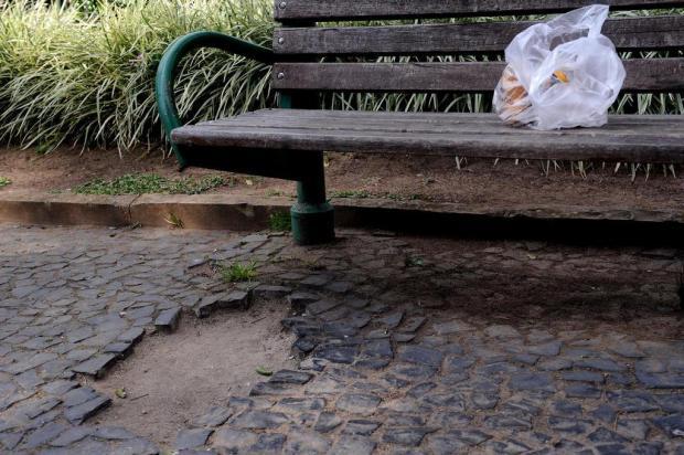 Buracos, lixeiras quebradas, pichações: Praça Dante, em Caxias, pede manutenção Antonio Valiente/Agencia RBS