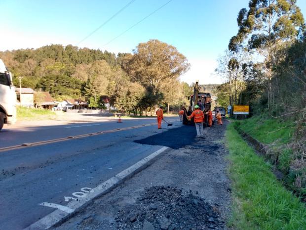 Obras de recapeamento deixam o fluxo alternado na BR-470, em Carlos Barbosa Tainara Alba  / Agência RBS/Agência RBS