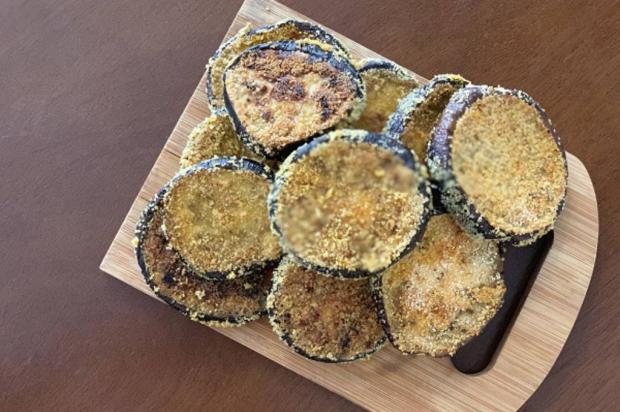 Na Cozinha: conheça uma receita saudável de berinjela crocante de forno Destemperados/
