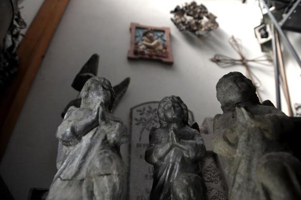 De lápides a roupinhas de batizado: veja objetos curiosos mantidos pelos museus de Caxias Lucas Amorelli/Agencia RBS