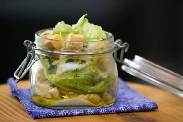 Na Cozinha: aprenda a fazer salada caesar no pote Destemperados/