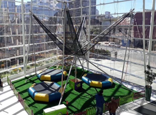 Cama elástica que permite pulos de até sete metros é atração no Bourbon San Pellegrino, em Caxias Divulgação/