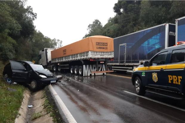 Acidente entre carro e carreta deixa motorista em estado grave na BR-116, em Vacaria Divulgação / Polícia Rodoviária Federal/Polícia Rodoviária Federal