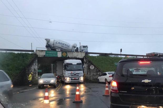Carreta entalada sob viaduto obstrui parcialmente o trânsito na Rua Ludovico Cavinatto, em Caxias do Sul Josmar Soares / Divulgação/Divulgação