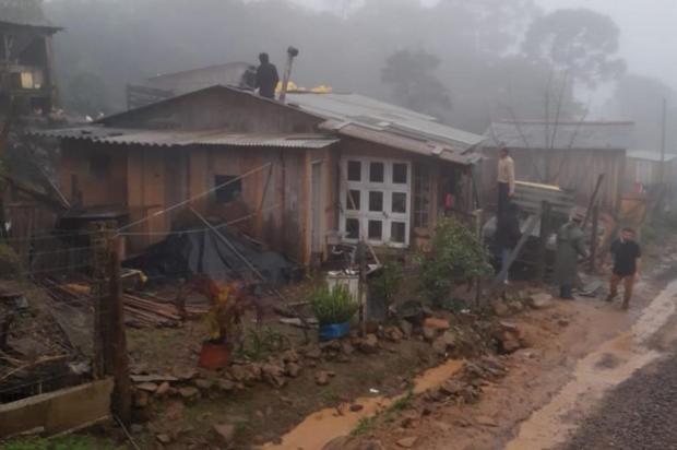 Após granizo, telhas são distribuídas para moradores do interior de São Francisco de Paula Maurício Borges/Defesa Civil de São Francisco de Paula